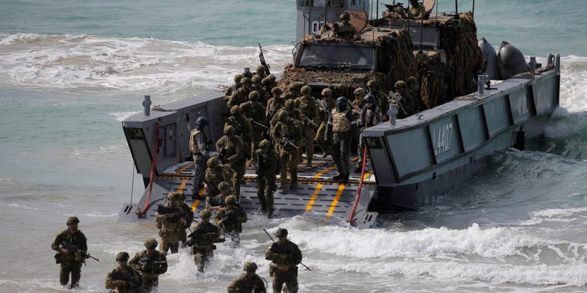 Các binh lính Australia tiến hành chiến dịch đổ bộ trong cuộc tập trận với Mỹ ở đông bắc Australia ngày 13/7/2017. Ảnh: Reuters
