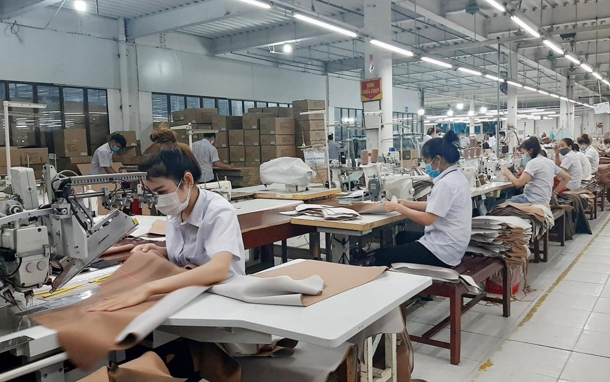 Công nhân tại Khu công nghiệp Hòa Bình, tỉnh Kon Tum thực hiện sản xuất an toàn phòng dịch COVID-19.