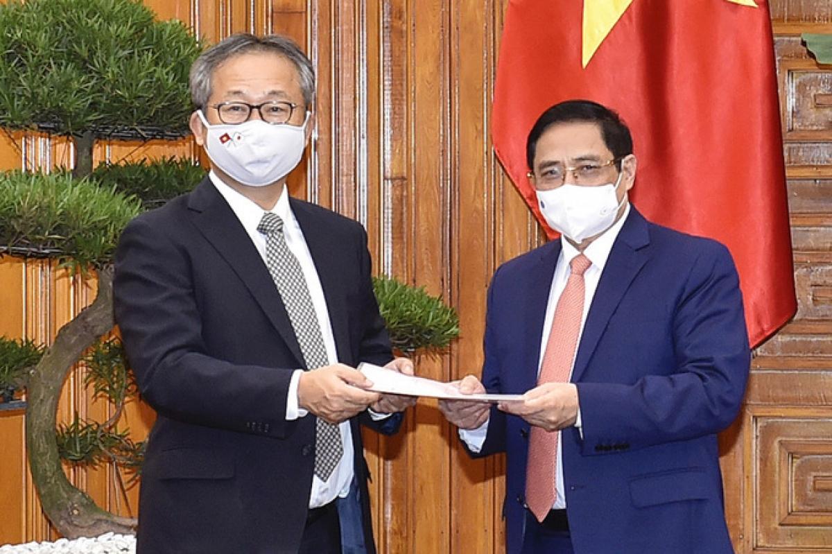 Đại sứ Nhật Bản chuyển thông điệp của Thủ tướng Suga Yoshihide gửi Thủ tướng Phạm Minh Chính về việc hỗ trợ Việt Nam một triệu liều vaccine Covid-19. Ảnh:Nhật Bắc.