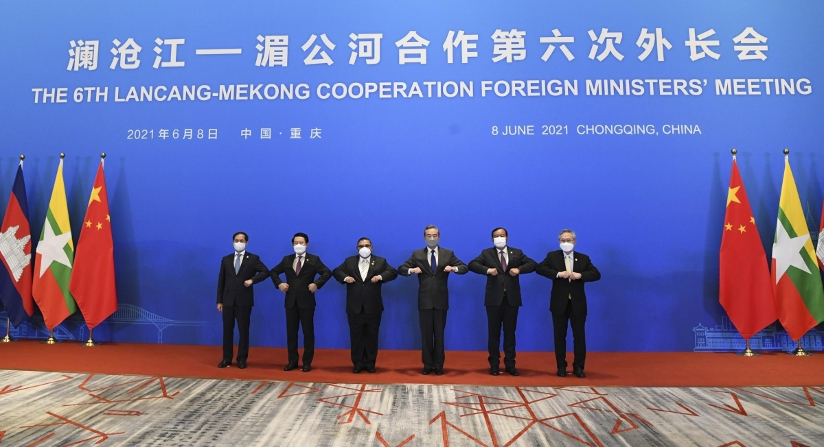Chinese and ASEAN Foreign Ministers pose for a photo at the 6th Lancang-Mekong Cooperation Foreign Ministers' Meeting in Chongqing (China).