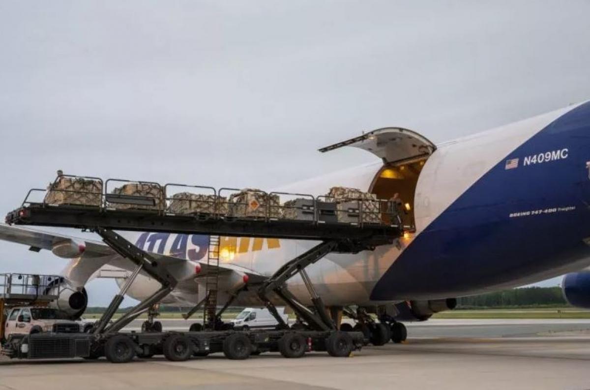 Các thiết bị quân sự được chuyển lên một máy bay thực hiện nhiệm vụ hỗ trợ an ninh giữa Mỹ và Ukraine tại Căn cứ Không quân Dover ở Delaware ngày 24/5. Ảnh: Không quân Mỹ