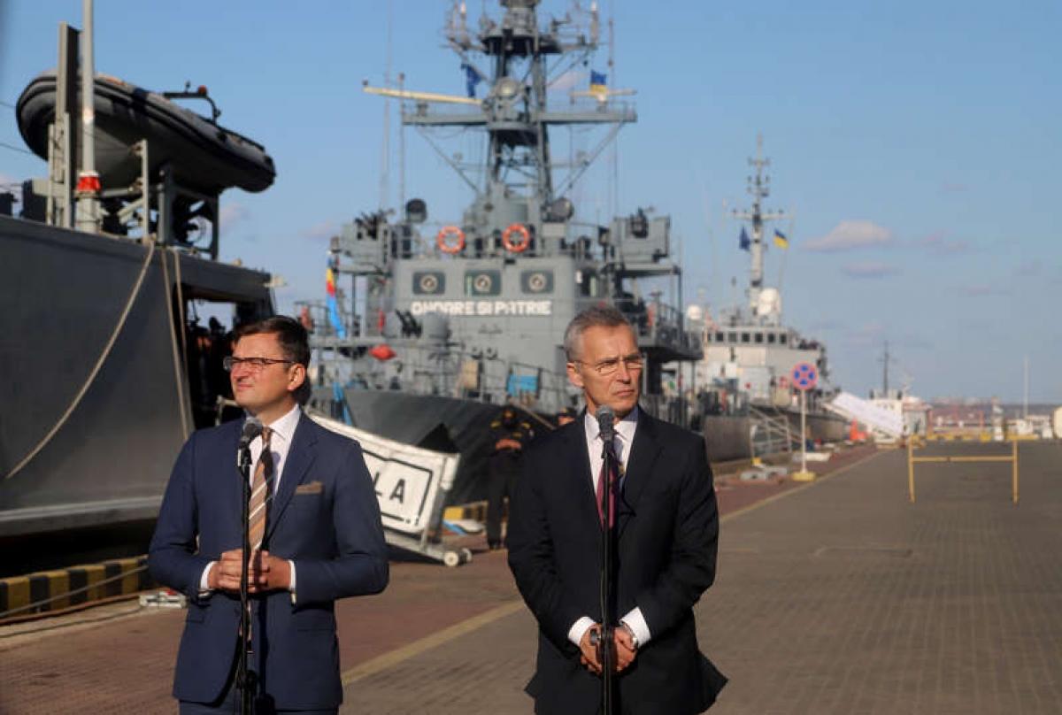 Tổng thư ký NATO Jens Stoltenberg (phải) và Phó Thủ tướng Ukraine Dmytro Kuleba họp báo sau khi thăm một số tàu của NATO tại cảng Odessa ở Ukraine ngày 30/10/2019. Ảnh: Getty