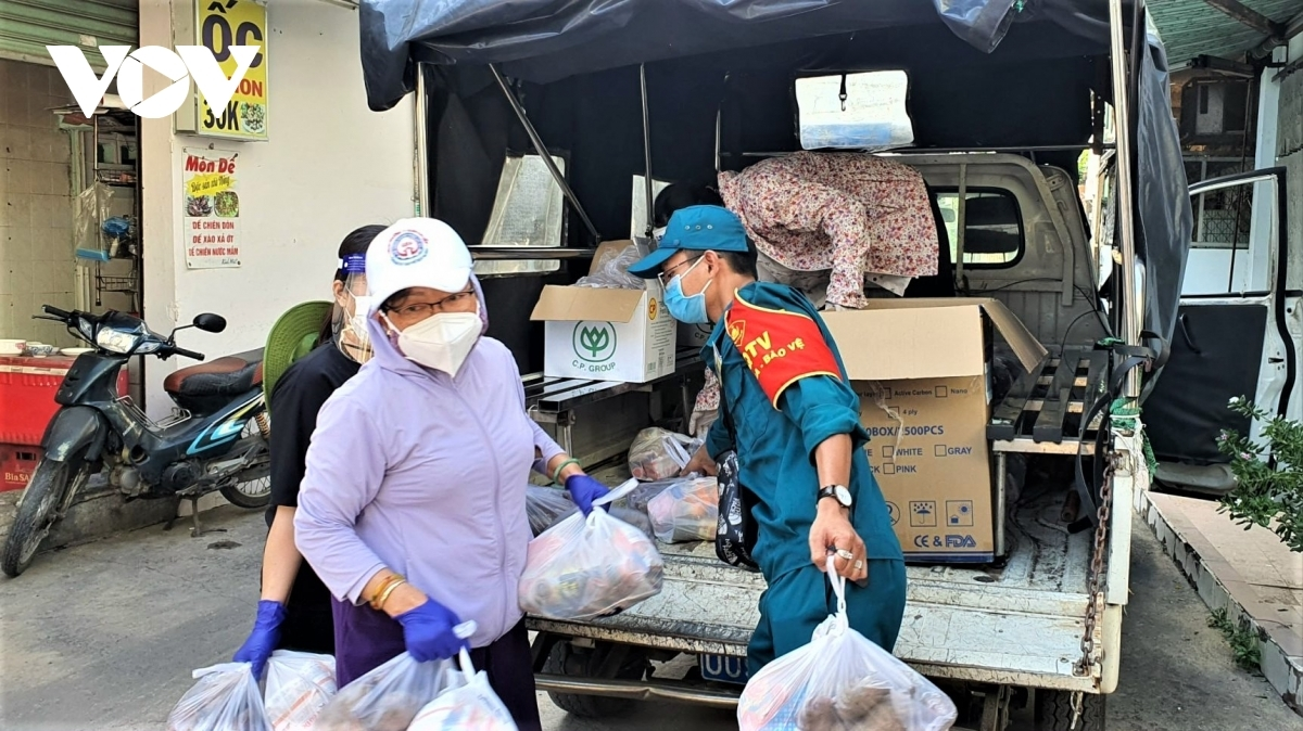 Offering daily necessities to people in lockdown areas in HCM City