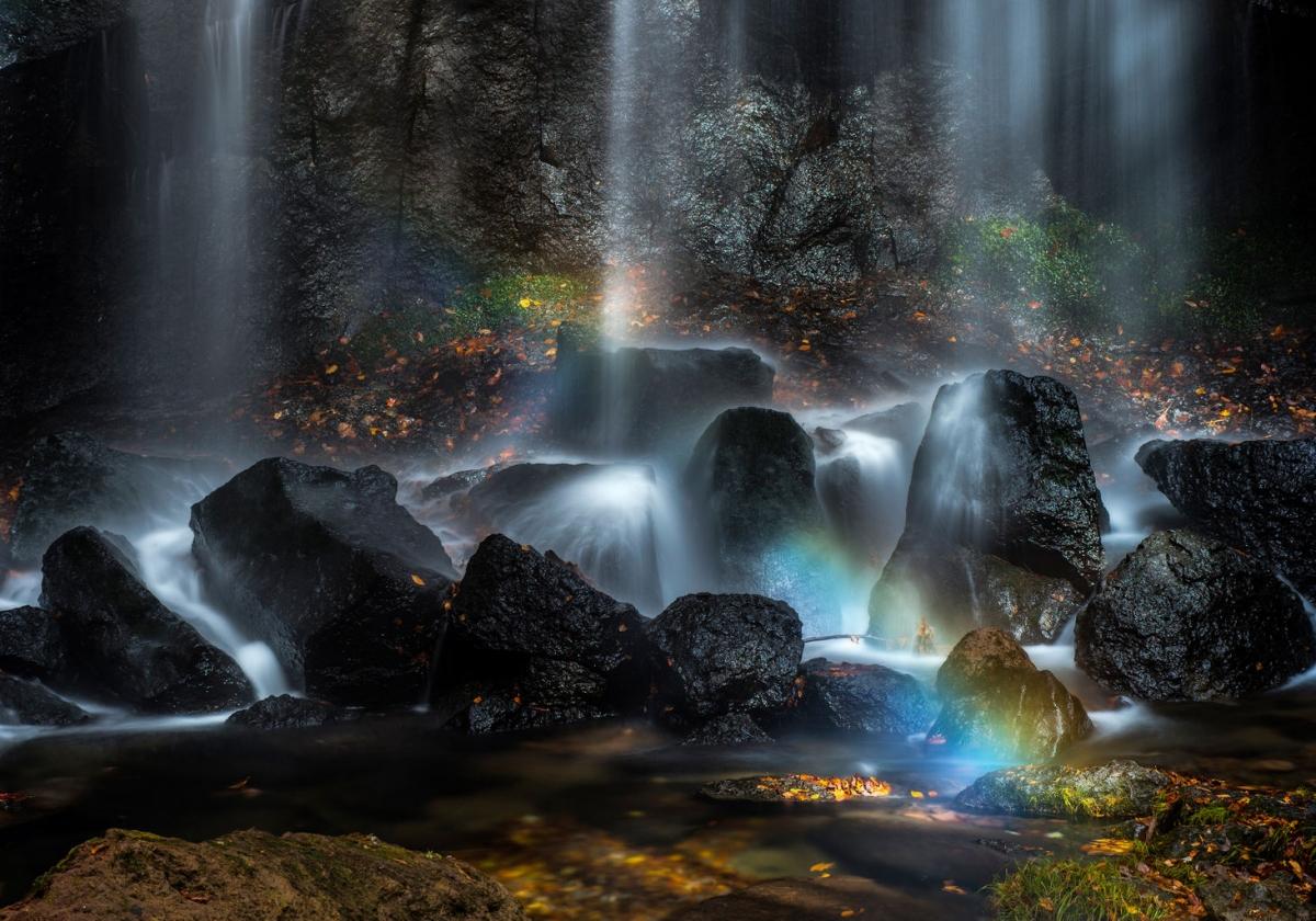 Bức ảnh cho thấy vẻ đẹp siêu thực của nước được tái hiện hoàn hảo dưới ống kính của nhiếp ảnh gia Kazuaki Koseki chụp tại Inawashiro, Nhật Bản.