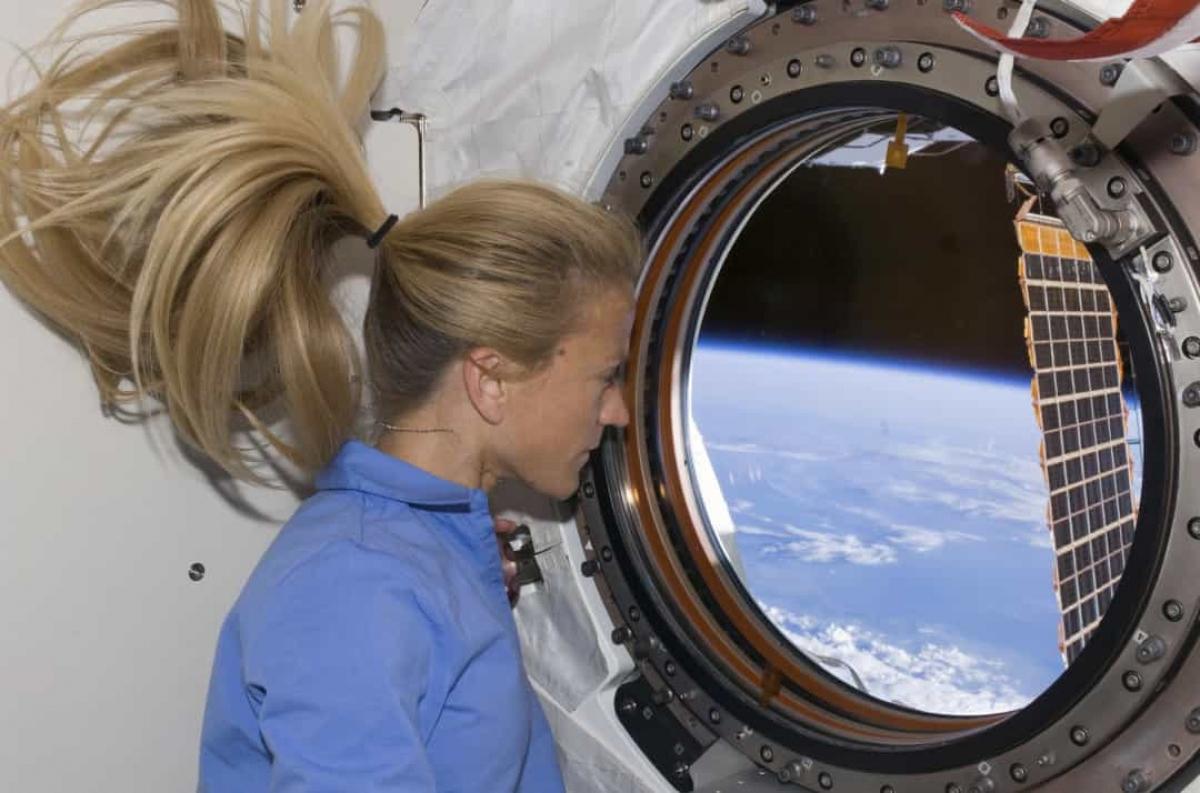 Phi hành gia Karen Nyberg đang quan sát Trái Đất từ phòng thí nghiệm Kibo mới được lắp đặt của ISS trong nhiệm vụ không gian đầu tiên của cô vào tháng 6/2008.