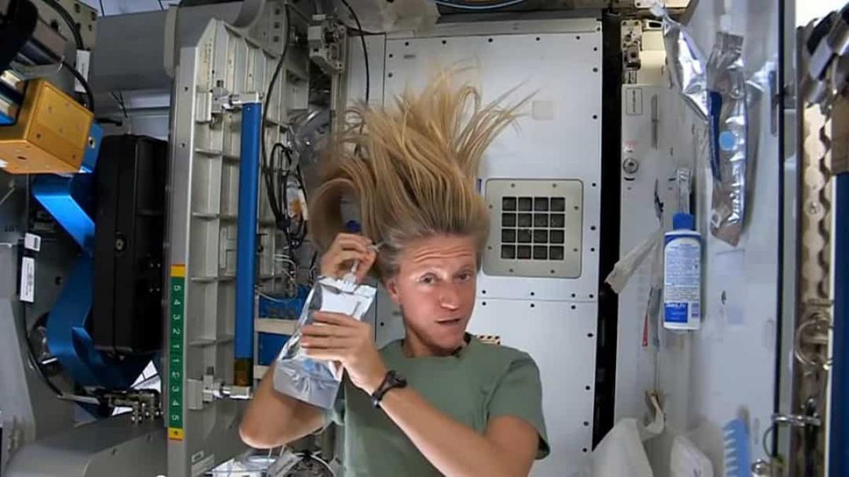 Môi trường không trọng lực khiến việc tắm rửa trở nên khó khăn hơn. Trong ảnh là phi hành gia Nyberg đang cho thấy cách mà cô gội đầu khi ở trong không gian.