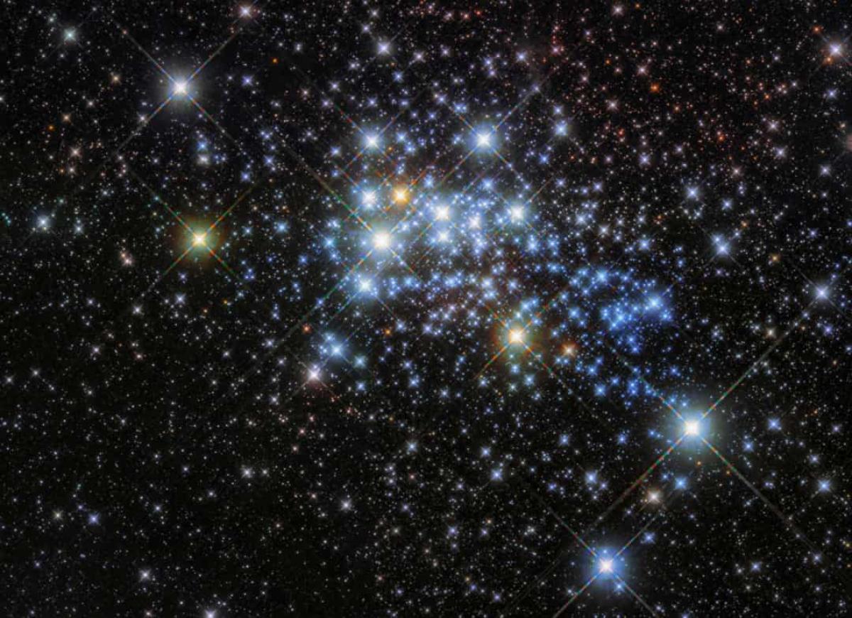 Chòm siêu sao Westerlund 1 là nơi sinh ra một trong những ngôi sao lớn nhất từng được phát hiện, trong đó có 1 sao lùn đỏ có bán kính gấp 1.500 lần Mặt Trời.
