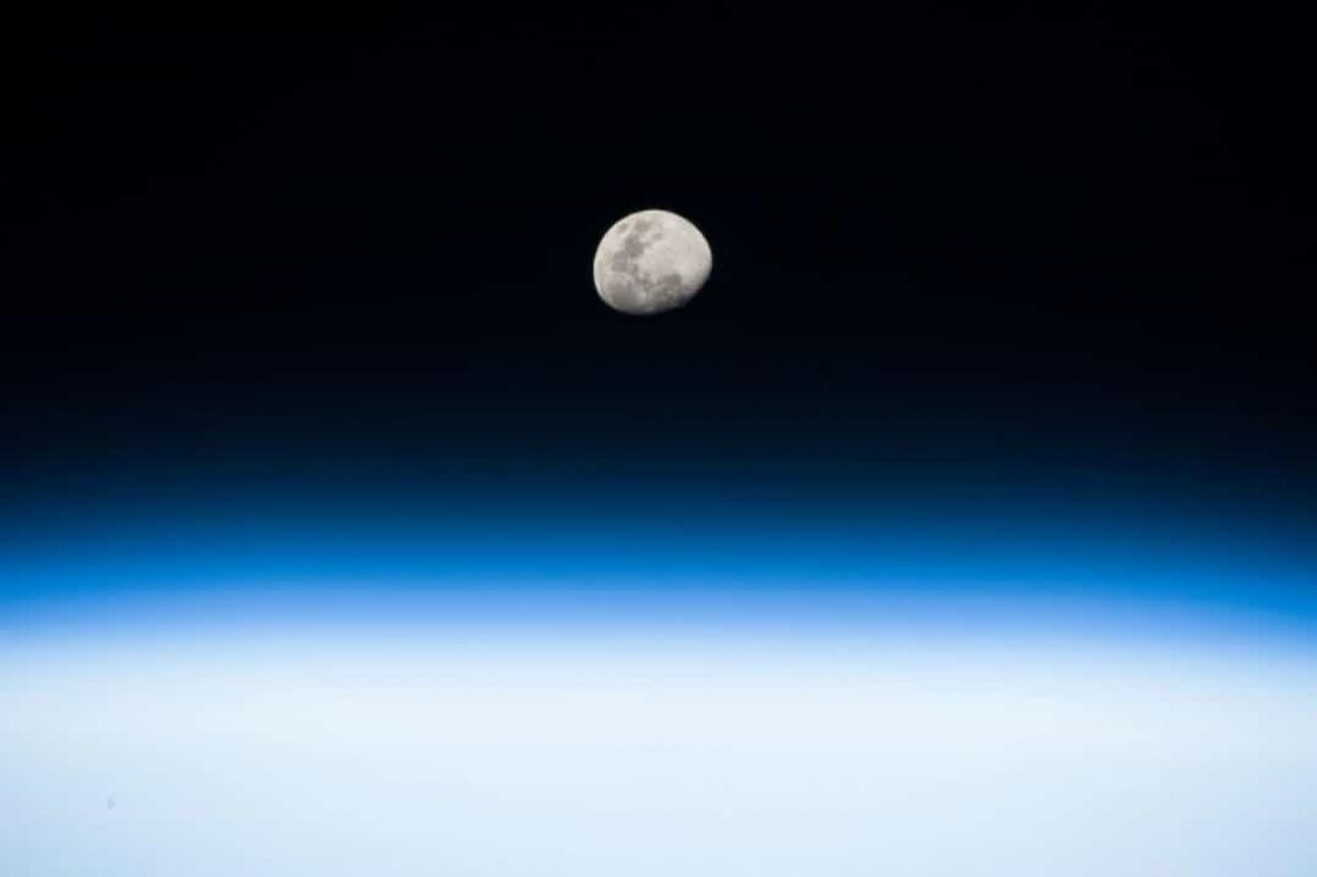 Phi hành gia Randy Bresnik trên ISS đã chụp bức ảnh Mặt Trăng đang mọc từ điểm quỹ đạo thấp của Trái Đất này.