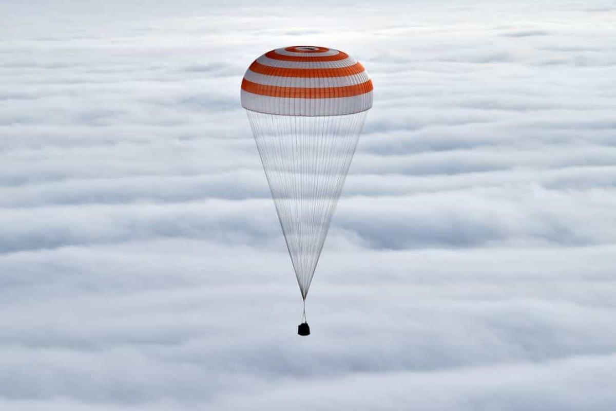 Các phi hành gia Scott Kelly, Sergei Volkov, Mikhail Korniyenko trở lại Trái Đất và đáp xuống thị trấn Jezkazgan, Kazakhstan./.