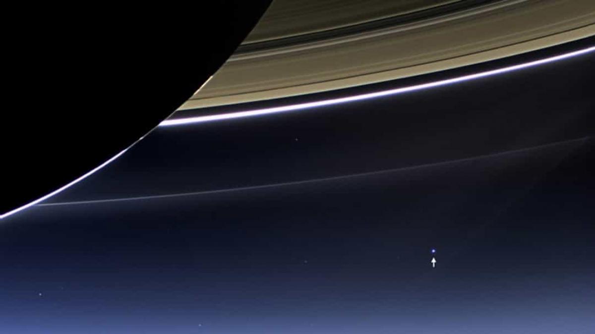 Đốm tròn màu xanh nhạt này chính là Trái Đất của chúng ta được tàu vũ trụ Cassini ghi lại từ sao Thổ./.