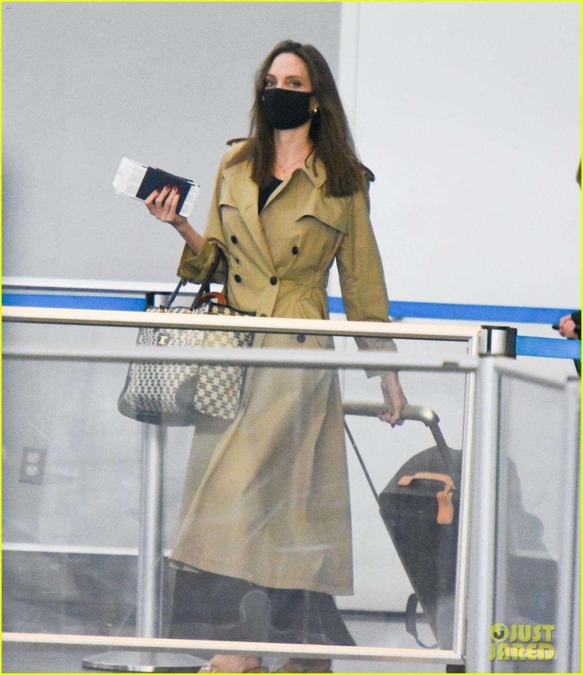 Angelina Jolie gây chú ý khi xuất hiện tại sân bay JFK ở New York hôm 11/6, sau khi đi du lịch cùng các con nhân dịp sinh nhật.