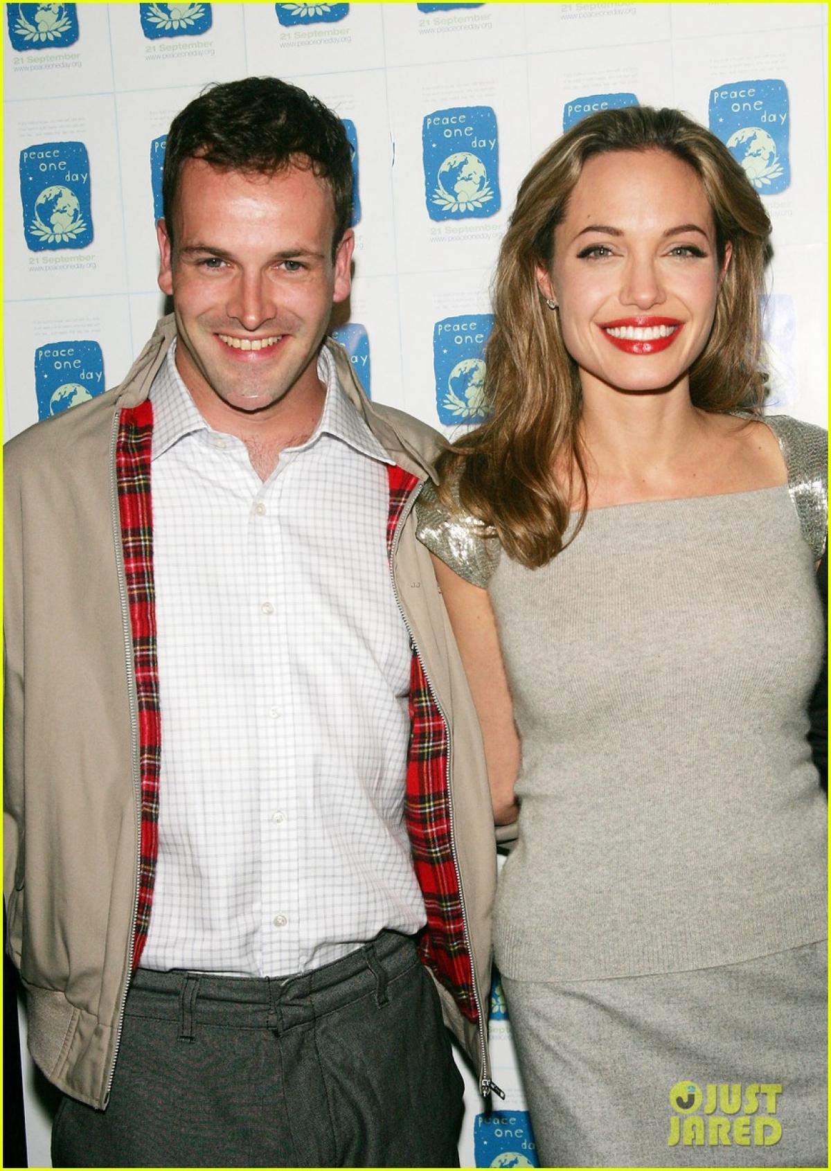 Mới đây, Angelina Jolie bị cánh săn ảnh bắt gặp đến nhà của chồng cũ Jonny Lee Miller trong chuyến đi đến Big Apple, New York cách đây ít ngày.