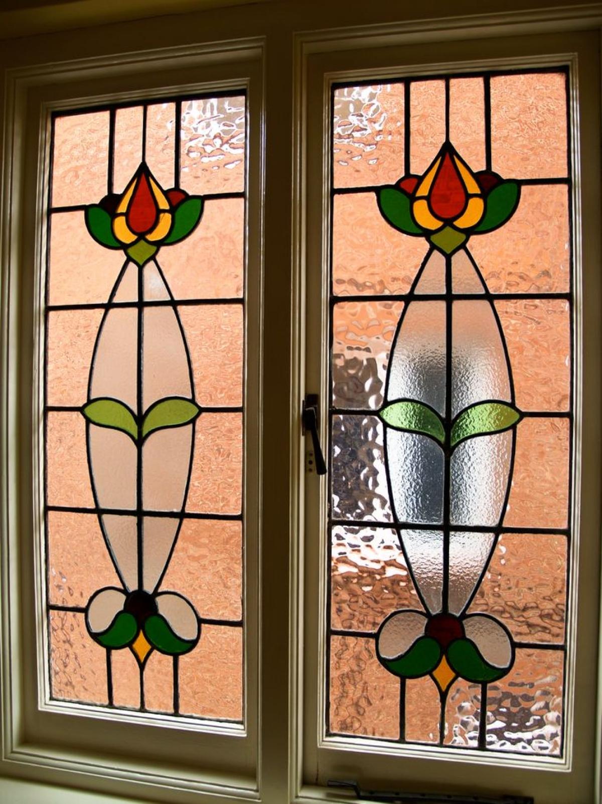 Cửa sổ kính màu: Tất nhiên, không phải cửa sổ nào cũng có thể làm được bằng kính màu. Nhưng nếu có cơ hội, tại sao không sử dụng nó? Tùy chọn này là hoàn hảo cho các cửa sổ nhỏ ở phía đầy nắng của ngôi nhà. Cửa sổ kính màu làm cho không gian bên trong cảm thấy ấm cúng và làm cho căn phòng trông rộng hơn.