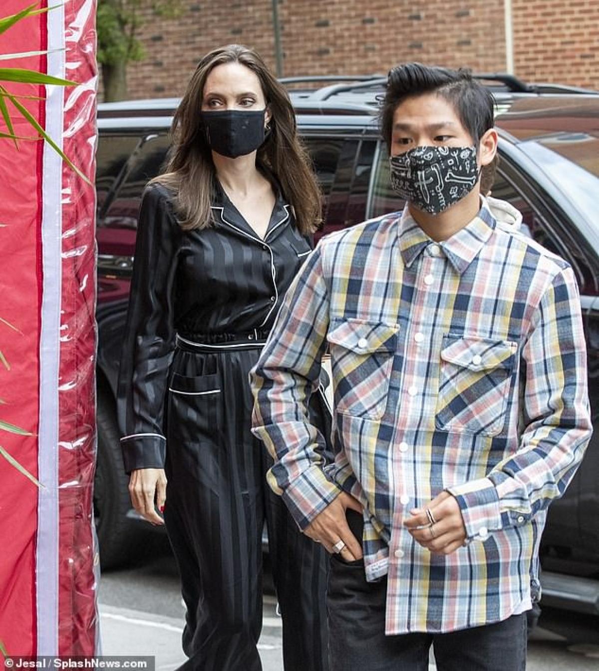 Angelina Jolie đưa hai con Pax Thiên (17 tuổi) và Knox (12 tuổi) đi ăn trưa tại một nhà hàng ở New York ngày 20/6.