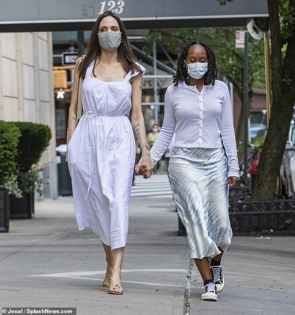 Angelina Jolie vui vẻ đi dạo cùng con gái Zahara ở Mỹ.