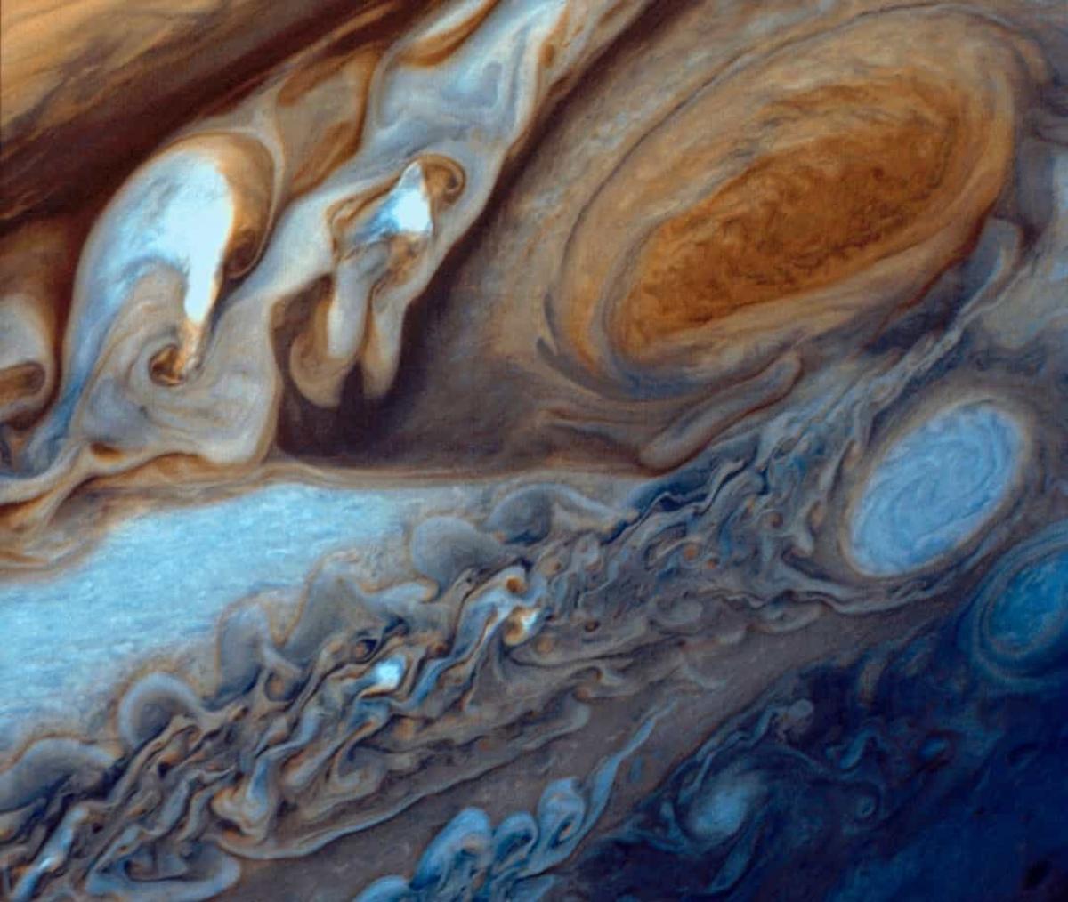 """Tàu vũ trụ Voyager 1 của NASA đã chụp được hình ảnh này vào năm 1979, cho thấy một vùng xoáy nghịch chính là """"Vết Đỏ Lớn"""" của sao Mộc. Đây thực ra là một cơn bão có kích thước gấp 3,5 lần Trái Đất."""