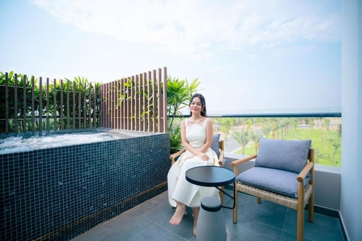 Phạm Quỳnh Anh yêu thích không gian sống xanh, thoáng đãng. (Ảnh: Facebook PQA)
