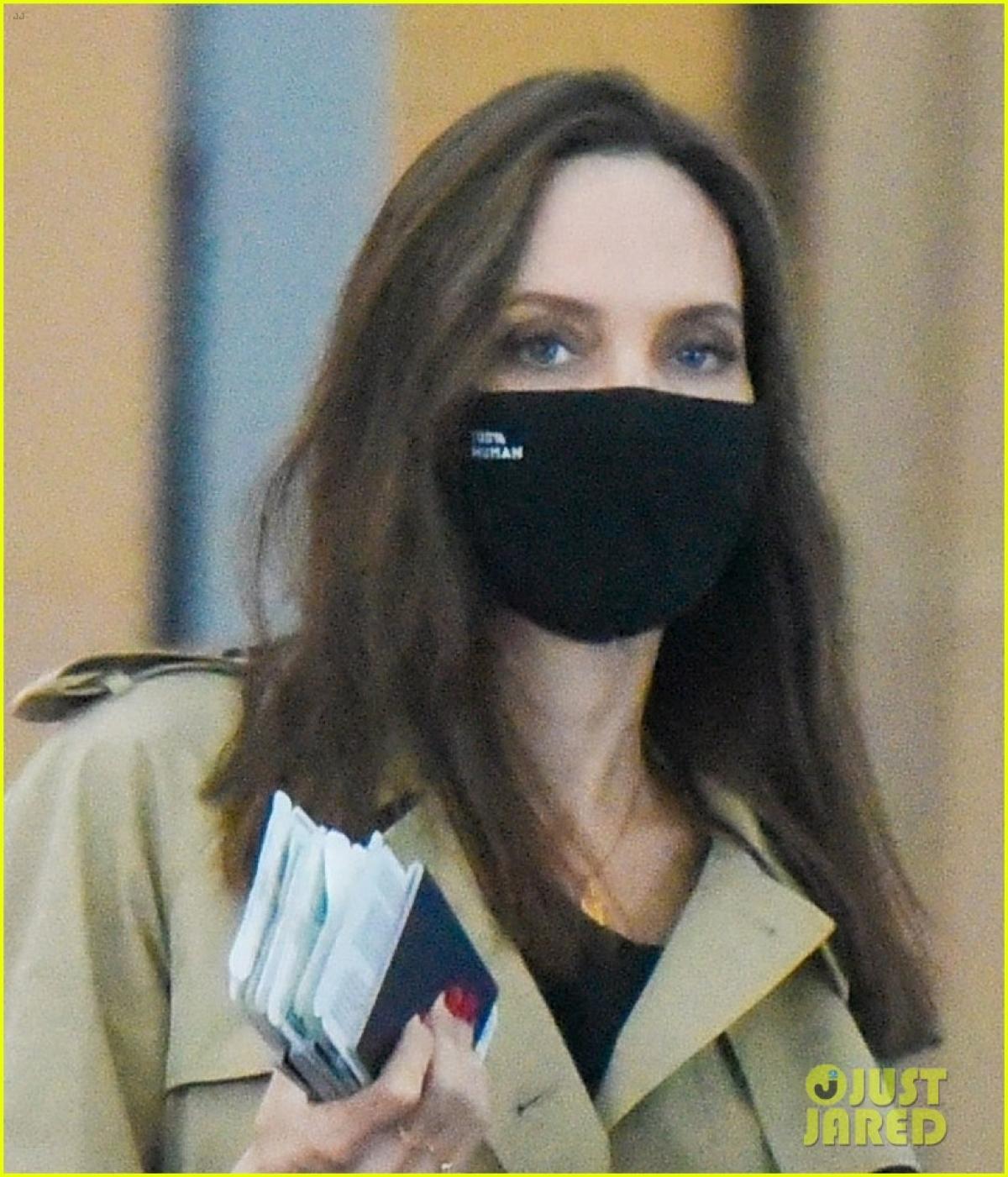Nữ diễn viên buông tóc xõa, mặc đồ giản dị và đeo khẩu trang cẩn thận ra phố.