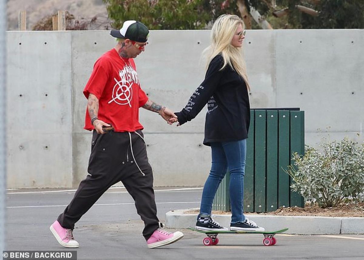 Avril Lavigne và bạn trai Mod Sun vui vẻ đi chơi trong công viên ở Malibu dịp cuối tuần.