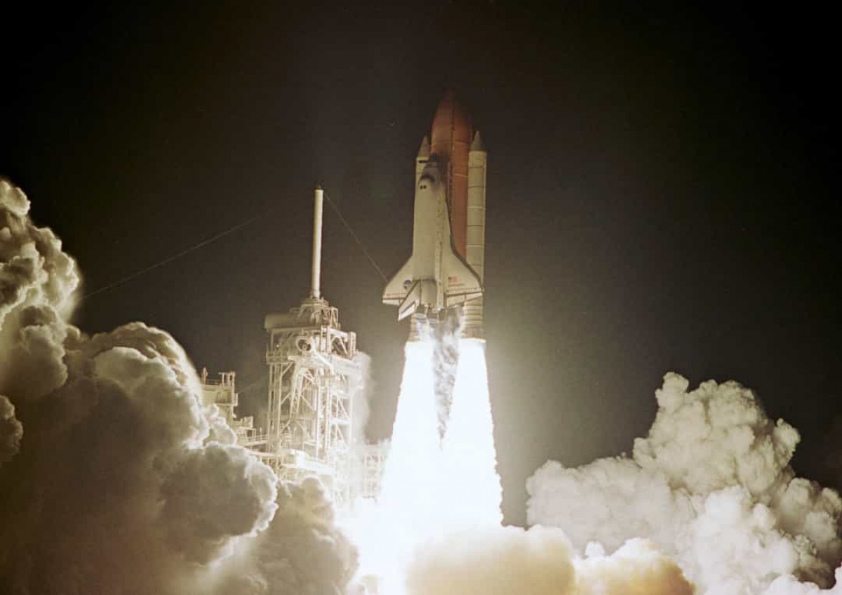 Tàu con thoi Endeavour với phi hành đoàn gồm 7 nhà du hành vũ trụ rời bệ phóng vào tháng 11/2002 tại Trung tâm Vũ trụ Kennedy ở Cape Canaveral, Florida.