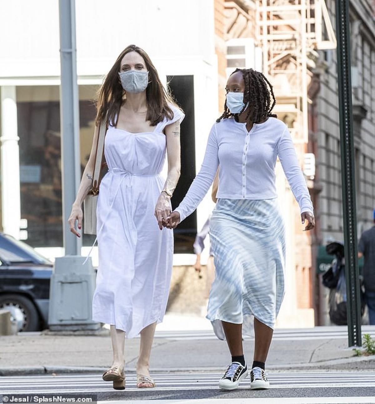 Nữ diễn viên diện đầm trắng tinh tế, nắm tay con gái cưng ra phố.