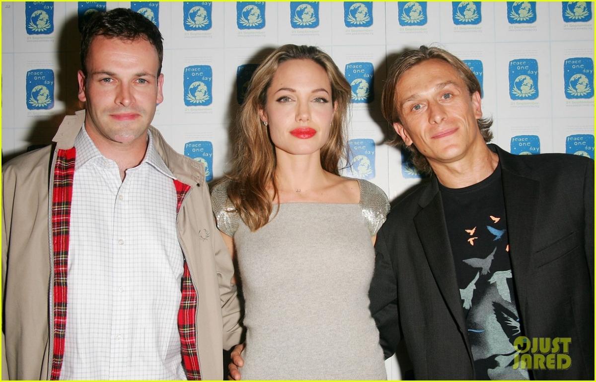 Ngày 28/3/1996, Jolie kết hôn với diễn viên người Anh Jonny Lee Miller, bạn diễn của cô trong phim Hackers (1995). Là một cô nàng có tính cách nổi loạn nên cặp đôi Angelina-Johnny đã có một đám cưới đáng nhớ. Jolie không bước vào thánh đường trong trang phục cô dâu truyền thống, mà là với một chiếc quần bó màu đen với áo sơ mi trắng ghi tên chú rể bằng chính máu của mình.