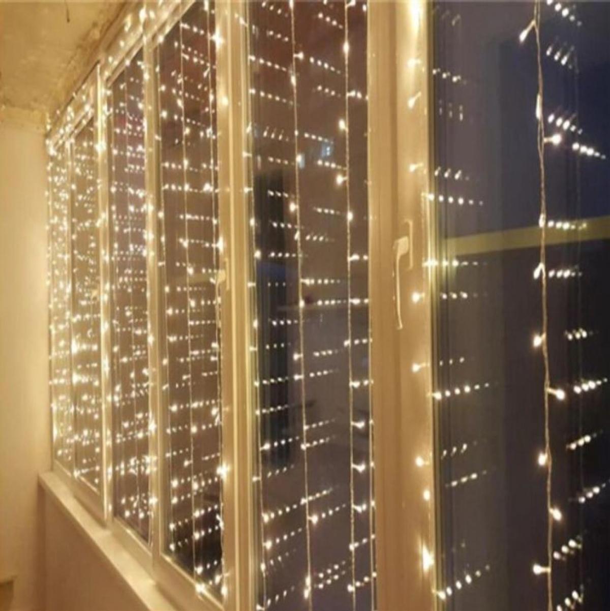 Đèn dây: Ai nói rằng bạn chỉ có thể trang trí cửa sổ bằng đèn dây vào Giáng sinh? Trên thực tế, cửa sổ được trang trí bằng đèn sẽ làm bạn vô cùng hài lòng ở bất kỳ thời điểm nào của năm. Bạn có thể chọn màu sắc, độ sáng, độ dài hoặc số lượng dây theo sở thích của mình.