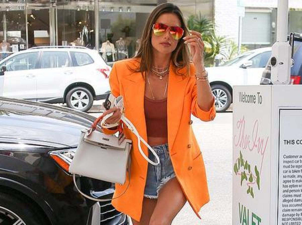 """Alessandra Ambrosio trở thành """"tâm điểm"""" của sự chú ý khi đi ăn trưa cùng bạn bè ở Beverly Hills ngày 18/6."""