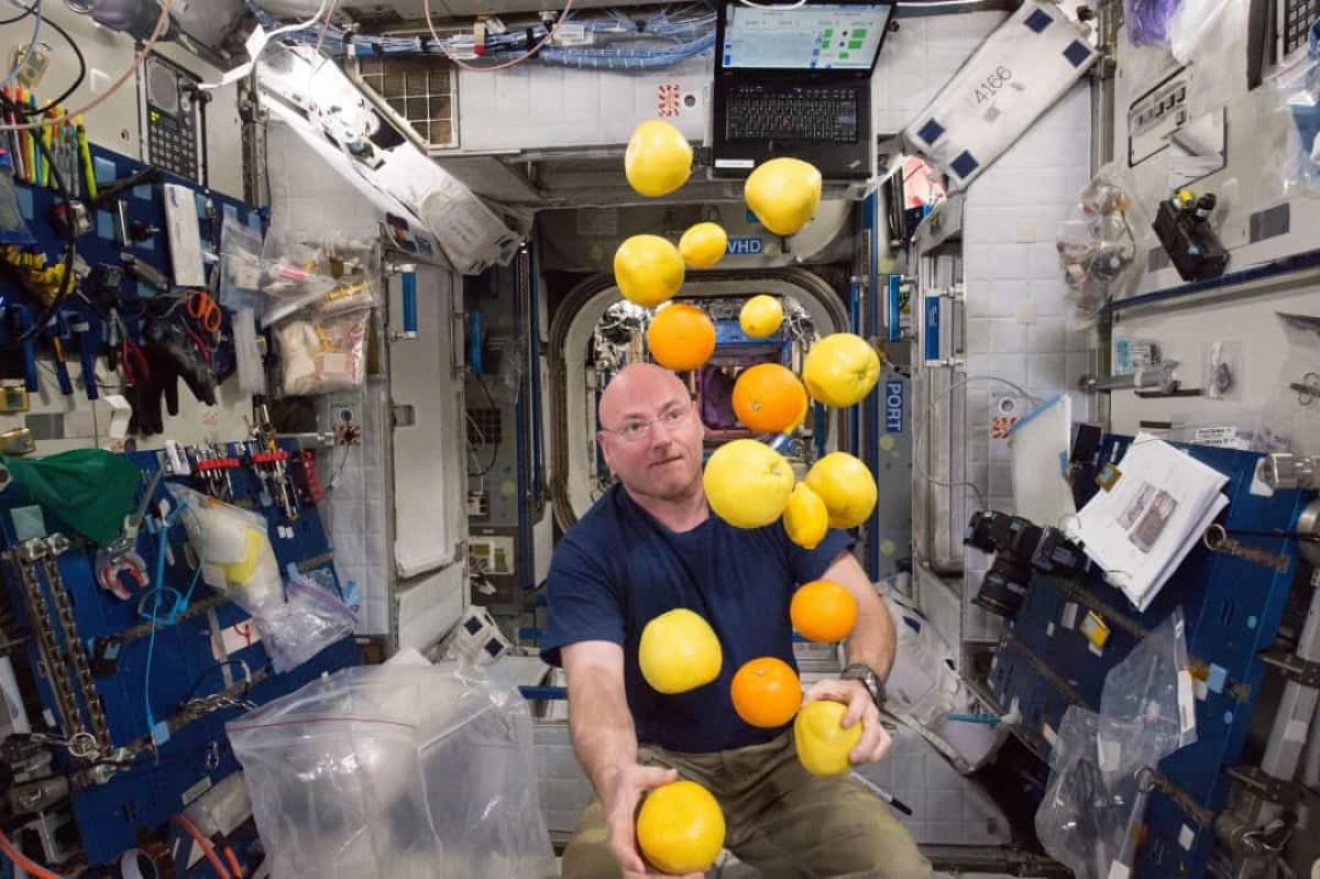 Cuộc sống trong không gian rất thú vị. Trong ảnh là phi hành gia Scott Kelly trên trạm vũ trụ ISS đang chơi đùa với những loại trái cây được gửi lên từ Trái Đất.