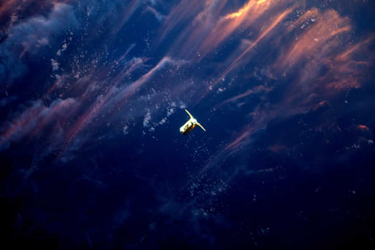 Hình ảnh tàu vũ trụ Cygnus được Canadarm2 của Trạm Vũ trụ Quốc tế (ISS) ghi lại khi con tàu này mang 3.447 kg hàng hóa và thiết bị lên ISS.