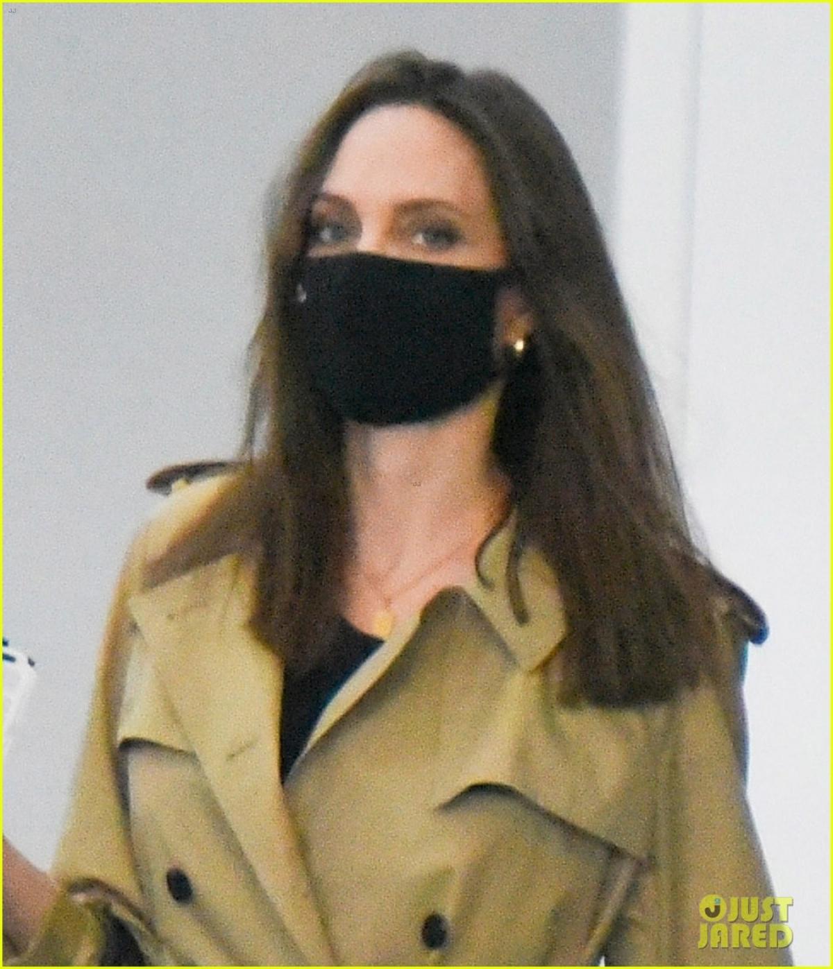 """Mới đây, trong phỏng vấn trên chương trình E!News Daily Pop, nữ diễn viên Angelina Jolie đã có những chia sẻ về cuộc sống riêng tư sau khi ly hôn nam tài tử Brad Pitt. Trước câu hỏi của MC Justin Sylvester về việc cô có những tiêu chuẩn khắt khe khi tìm bạn đời không, Angelina Jolie đáp: """"Tôi có lẽ có một danh sách rất dài chứ. Tôi đã ở một mình quá lâu rồi""""."""