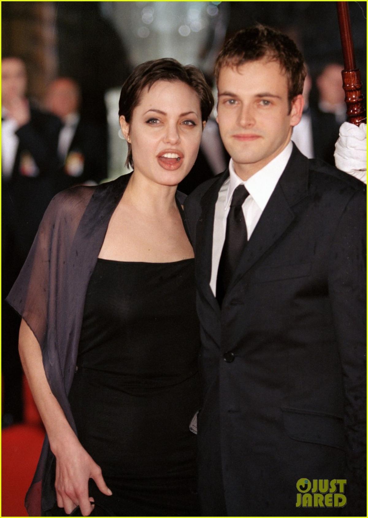 Theo một nguồn tin thân cận, Angelina Jolie đã đến nhà chồng cũ một mình mà không có các con đi cùng.