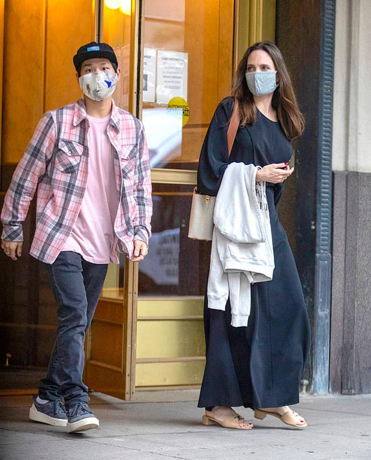 Cách đây không lâu, Angelina Jolie bị cánh săn ảnh bắt gặp khi đưa con trai Pax Thiên đến nhà chồng cũ Johnny Lee Miller ở New York.