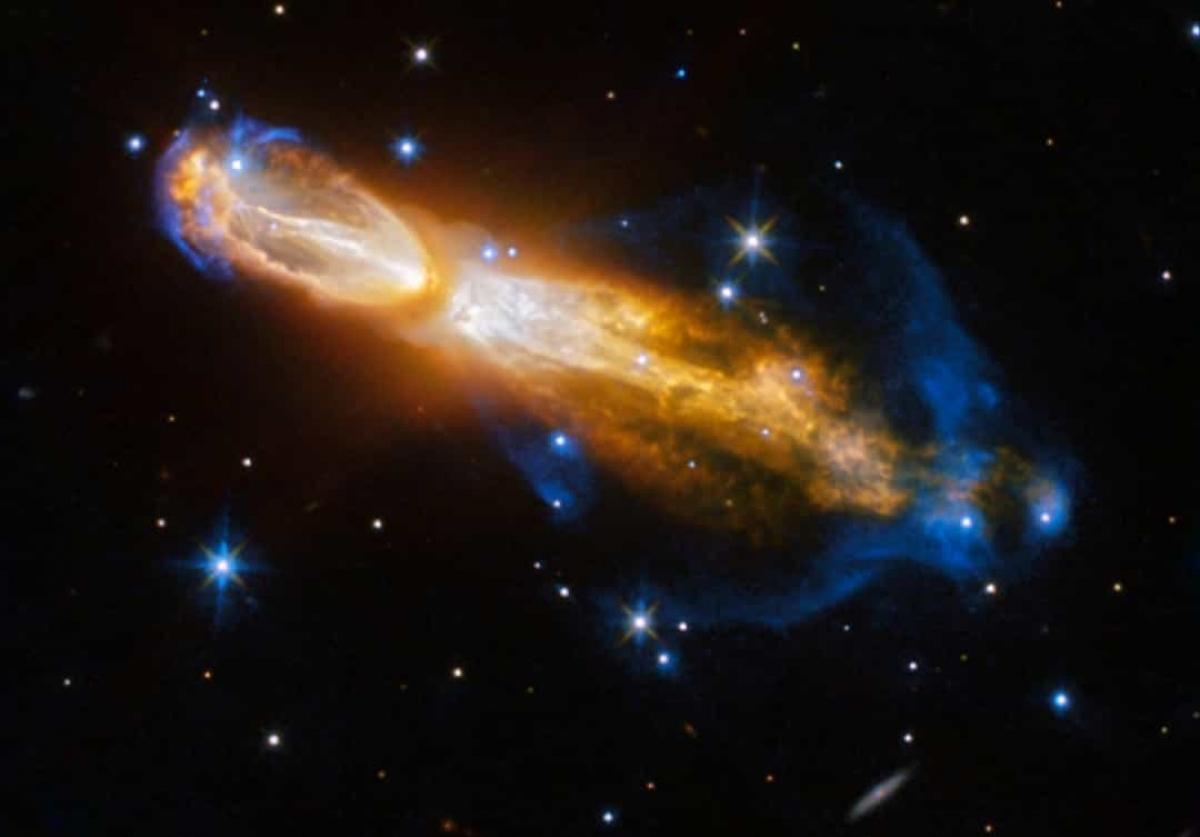 Tinh vân Calabash là kết quả của một ngôi sao chuyển từ một sao lùn đỏ khổng lồ sang một tinh vân hành tinh, phát nổ thành khí và bụi trong không gian và tạo nên một màn trình diễn ngoạn mục.