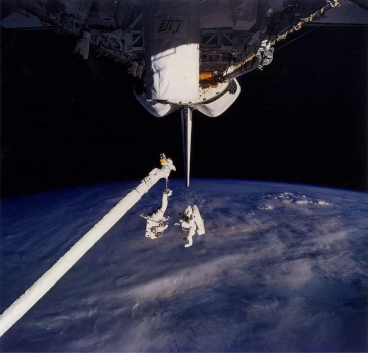 Khoảnh khắc 2 nhà du hành vũ trụ Carl Meade và Mark Lee đang trôi nổi trong không gian được ghi lại đầy ấn tượng.