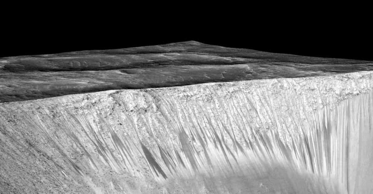 Những dải hẹp tối màu trên thành của miệng hố Gami trên sao Hỏa có lẽ là bằng chứng đầu tiên cho thấy có lẽ nước đã chảy trên bề mặt hành tinh này vào những tháng mùa hè.