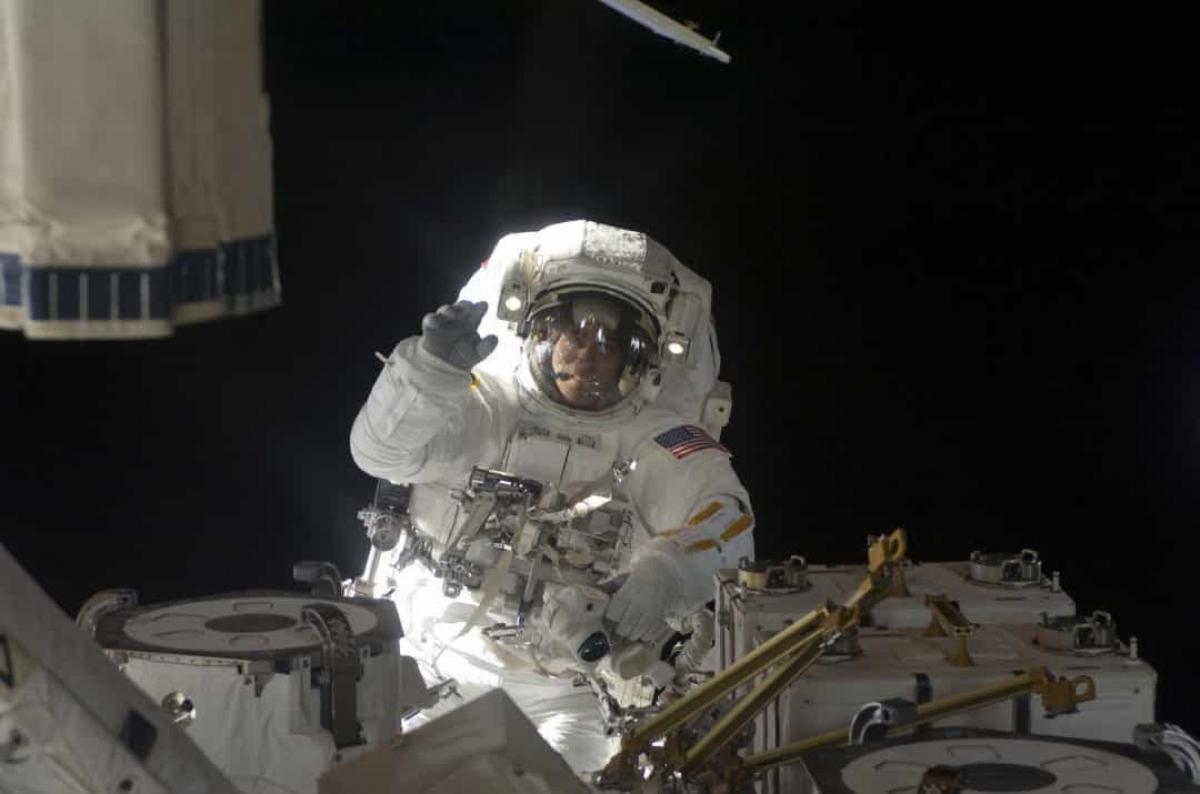 ISS cần được bảo trì liên tục. Vì thế, trong ảnh là phi hành gia Christopher Cassidy mỉm cười trước camera khi ông đang làm nhiệm vụ này vào tháng 6/2009.