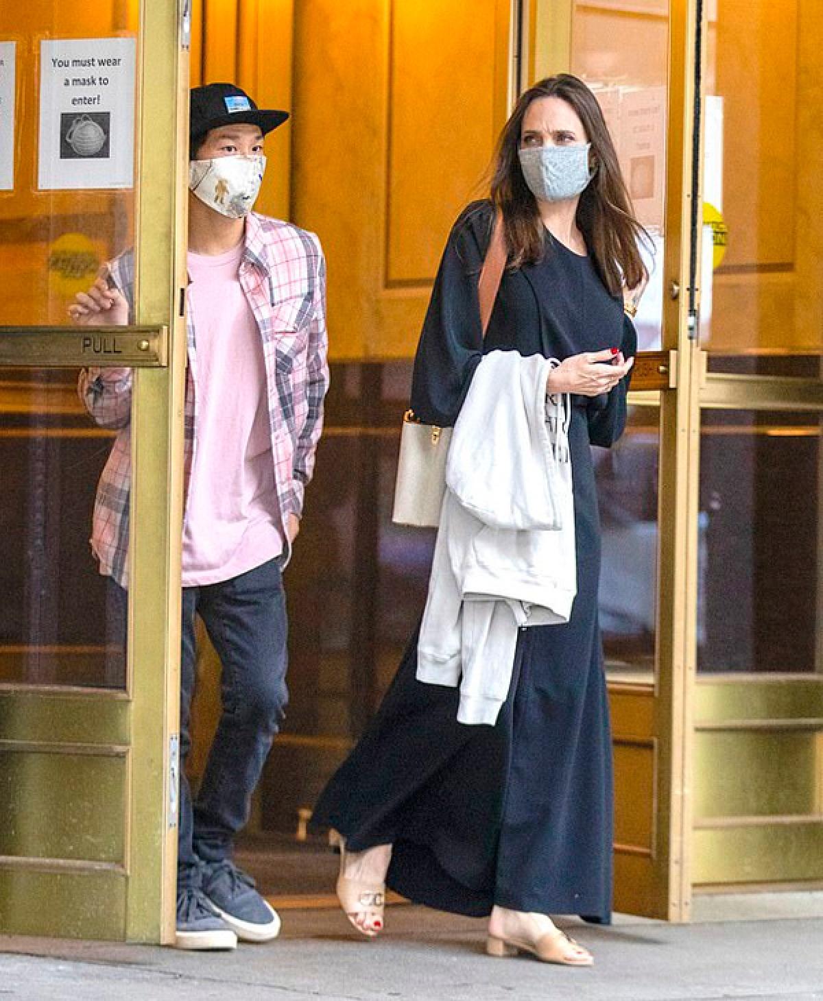 Sau khi ly hôn, Angelina Jolie vẫn giữ mối quan hệ thân thiết với người chồng đầu tiên.