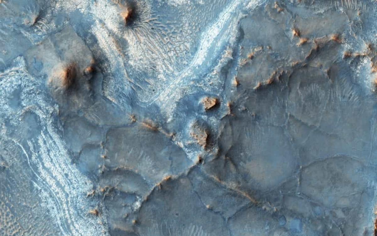 Một trong những khu vực nhiều màu sắc nhất trên sao Hỏa là bờ tây bắc của vùng lòng chảo Isdis.