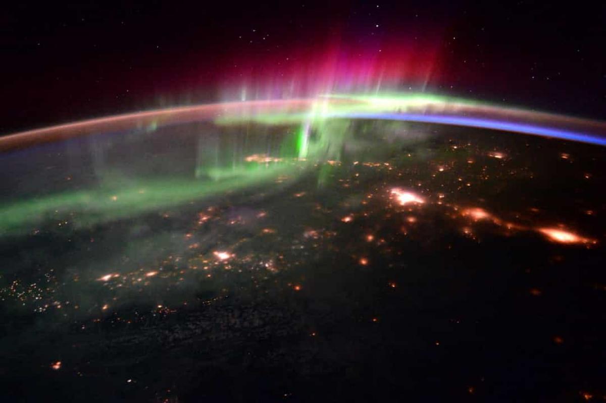 Một trong những điều tuyệt vời nhất khi ở trong không gian là các nhà du hành vũ trụ có thể quan sát được những hình ảnh ngoạn mục ở một góc nhìn khác. Trong ảnh là Bắc Cực quang rực rỡ ở Canada năm 2016 khi quan sát từ không gian.
