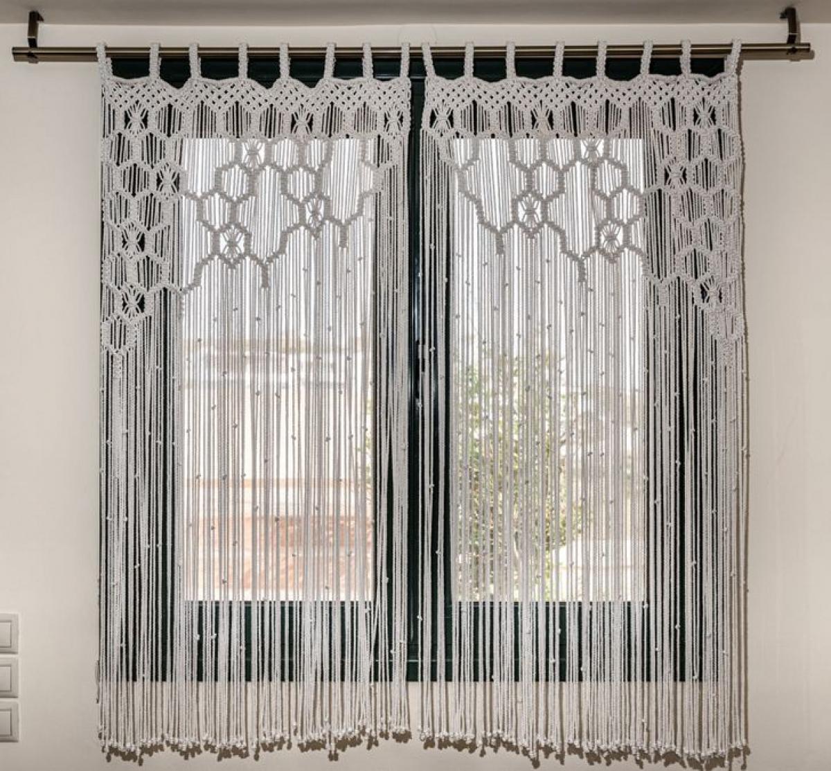 Rèm macrame: Có vẻ như kiểu trang trí cửa sổ này vẫn chưa hết mốt. Nếu phương án thay thế này phù hợp với nội thất của bạn, thì chúng tôi chắc chắn khuyên bạn nên thử nó, bởi vì hoàn toàn không công bằng khi rất ít người có thể chiêm ngưỡng vẻ đẹp này trên cửa sổ của họ bây giờ. Bạn có thể mua một chiếc rèm macrame làm sẵn hoặc bạn có thể tự làm một chiếc - như một sự thay thế thú vị hơn.