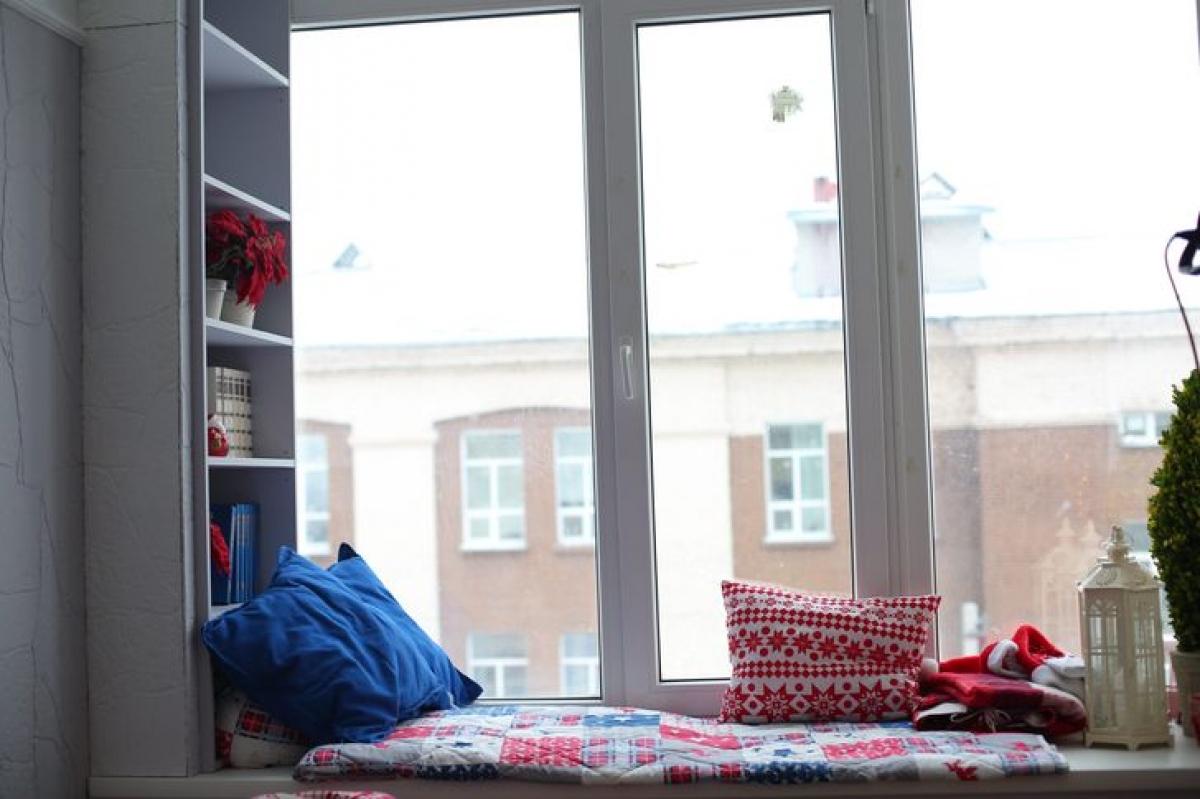 Góc ngồi thư giãn: Nếu bạn thích ngồi bên cửa sổ với một tách trà và một cuốn sách, thì lựa chọn này chắc chắn là dành cho bạn. Đôi khi bạn nên mạo hiểm để cửa sổ mở hoàn toàn mà không đóng khung bằng bất kỳ tấm rèm nào. Bạn có thể làm một bệ cửa sổ lớn, rộng, nơi bạn có thể ngồi hoặc thậm chí nằm thoải mái. Giải pháp này sẽ đặc biệt tốt trong nội thất của bạn nếu cửa sổ của bạn đủ lớn và nhìn ra sân hoặc vườn của riêng bạn./.