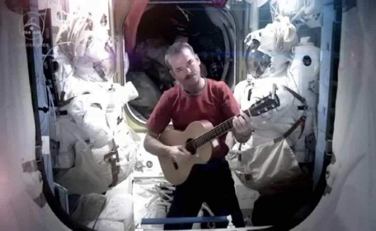 Phi hành gia của Cơ quan Vũ trụ Canada, đồng thời là cựu chỉ huy ISS Chris Hadfield thu lại bản cover bài hát Space Oddity của David Bowie khi ở trong không gian. Video năm 2013 này đã được chia sẻ rộng rãi và đến nay đã có hơn 49 triệu lượt xem trên Youtube.