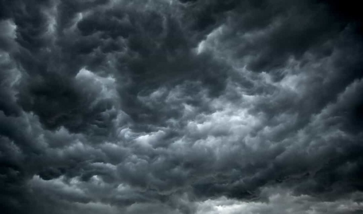 Sao Hải Vương có một cơn bão diễn ra liên tục, còn được gọi là Vết Tối lớn, tương tự như Vết Đỏ lớn trên sao Mộc. Điều khiến cơn bão này trở nên bất thường là nó có kích thước bằng Trái Đất.
