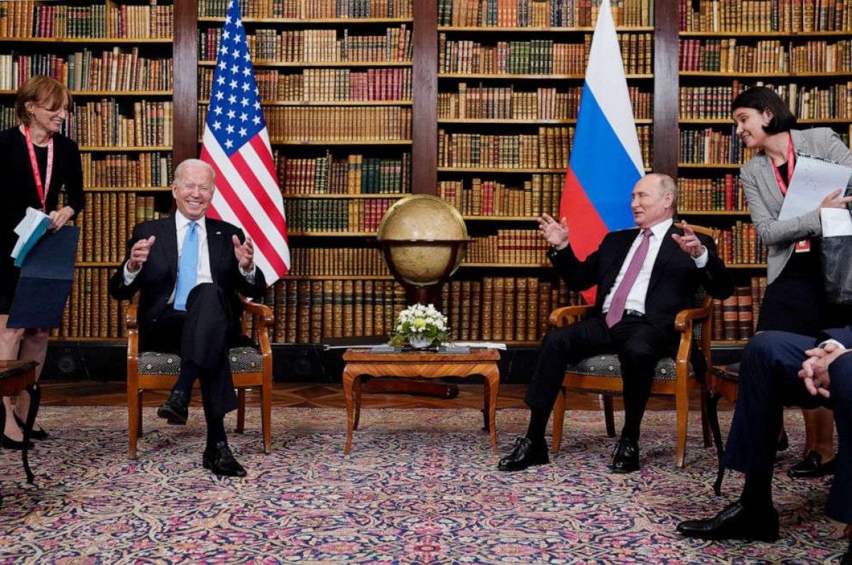 Hai nhà lãnh đạo trò chuyện khá thoải mái tại cuộc gặp. Ảnh: AP.