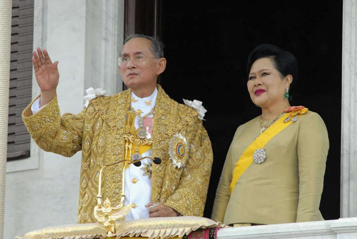 Vua Bhumibol Adulyadej của Thái Lan. Vua Bhumibol Adulyadej là vị vua trị vì lâu nhất của Thái Lan với 70 năm lãnh đạo đất nước. Ông đã qua đời năm 2016.