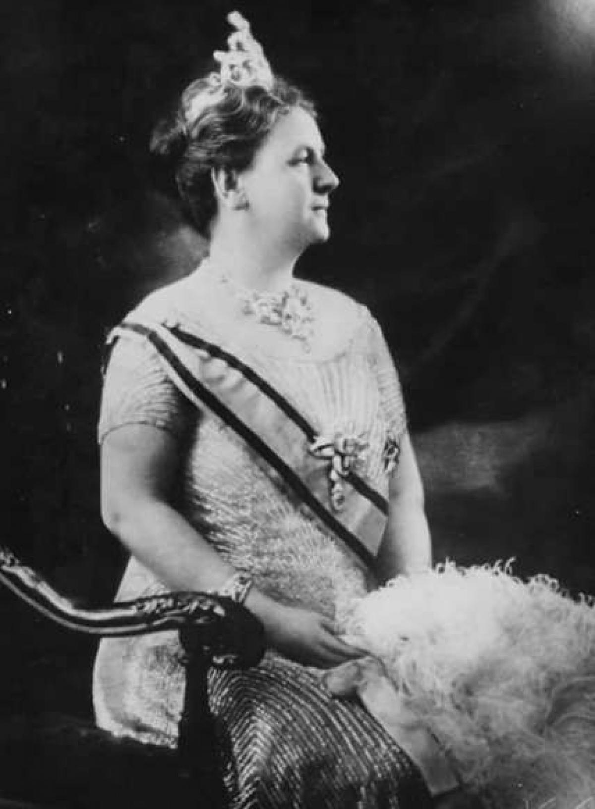 Nữ hoàng Wilhelmina I của Hà Lan. Wilhelmina trở thành hoàng hậu năm 10 tuổi, sau cái chết của cha bà. Mẹ bà giữ vai trò hoàng hậu nhiếp chính cho đến khi bà bước sang tuổi 18. Năm 1948, Wilhelmina I thoái vị ngai vàng để con gái của bà, Juliana, có thể cai trị. Thời gian trị vì của Nữ hoàng Wilhelmina kéo dài 57 năm.