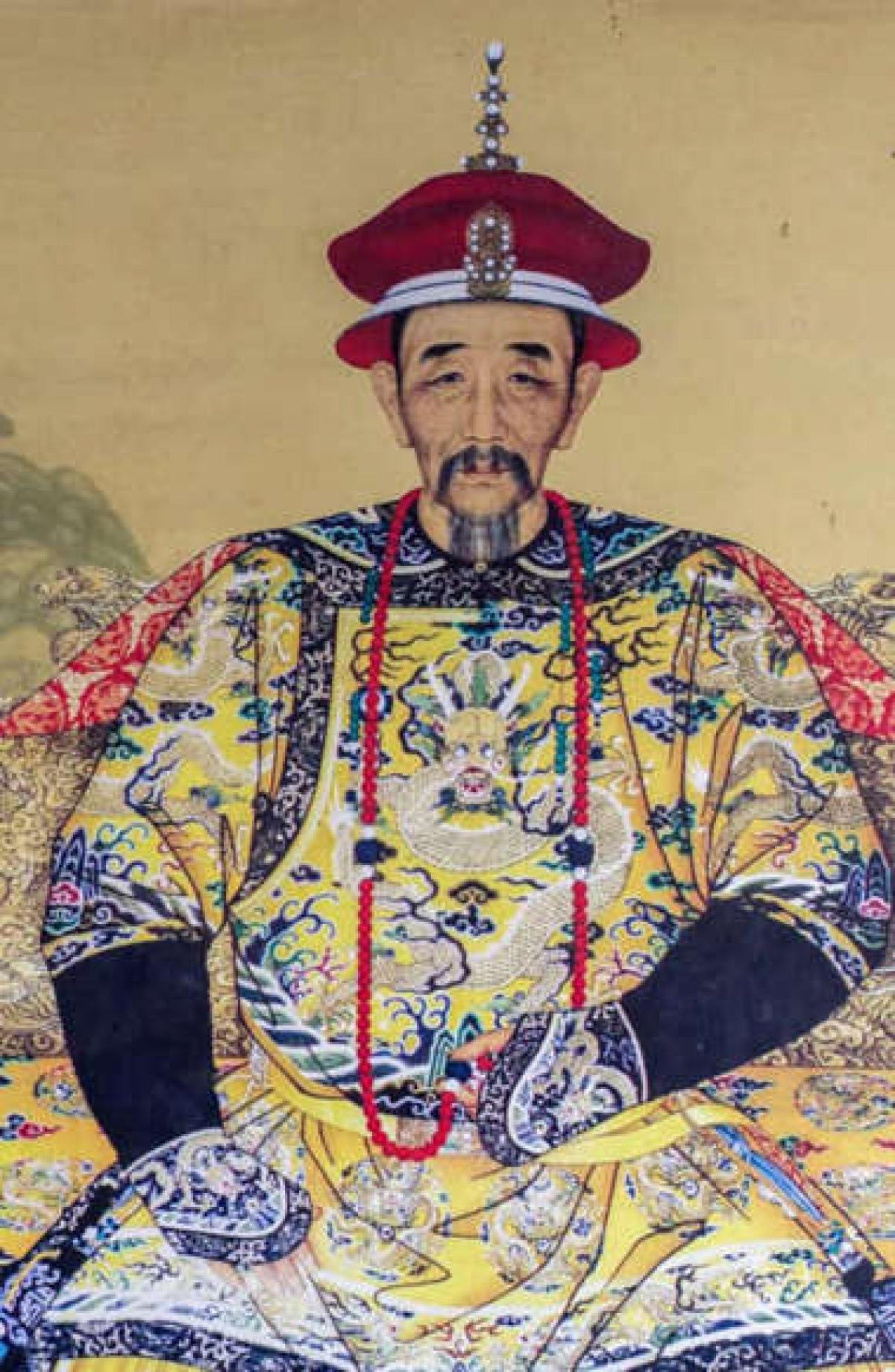 Vua Khang Hy. Vị hoàng đế thứ hai của nhà Thanh đã trị vì Trung Quốc trong 61 năm. Vua Khang Hy đã lãnh đạo đất nước trải qua một thời kỳ thịnh vượng, mở một số cảng của Trung Quốc để cho phép ngoại thương, đồng thời khuyến khích giáo dục và nghệ thuật.