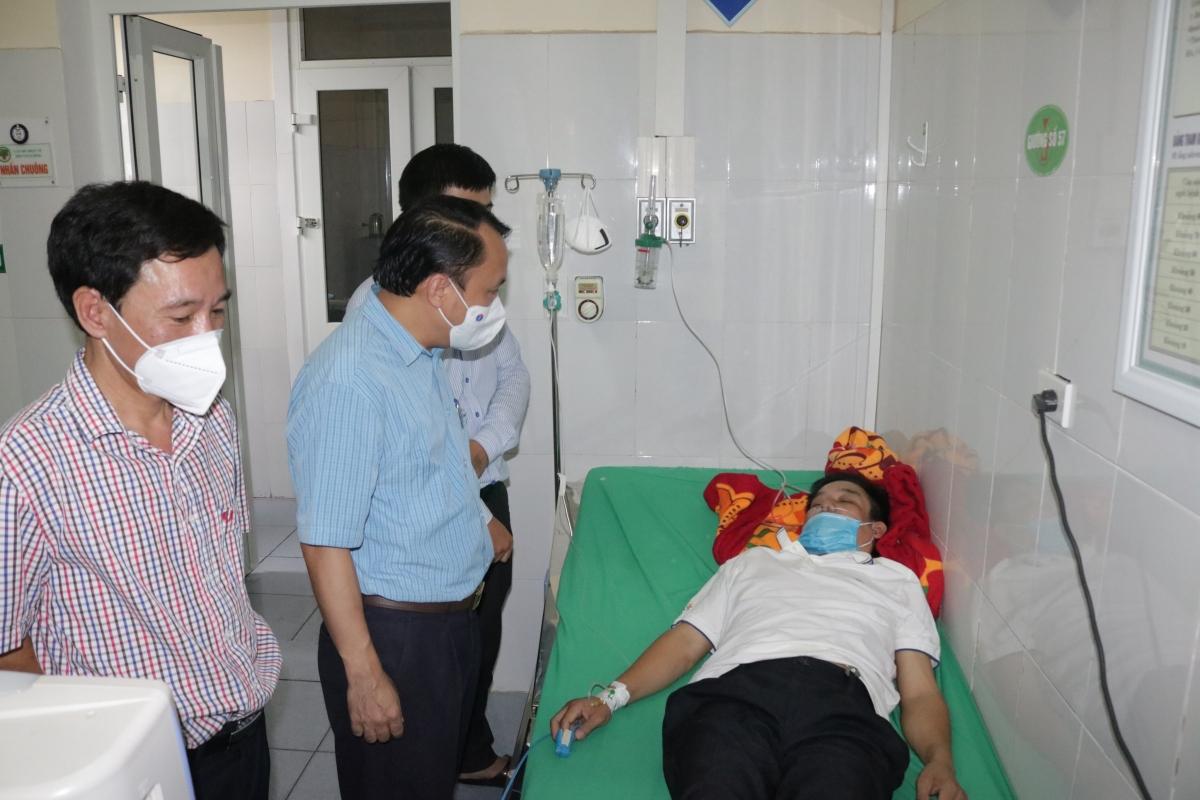 GĐ Sở Y tế Nghệ An thăm hỏi bác sĩ Nguyễn Văn Long ngay khi biết tin.