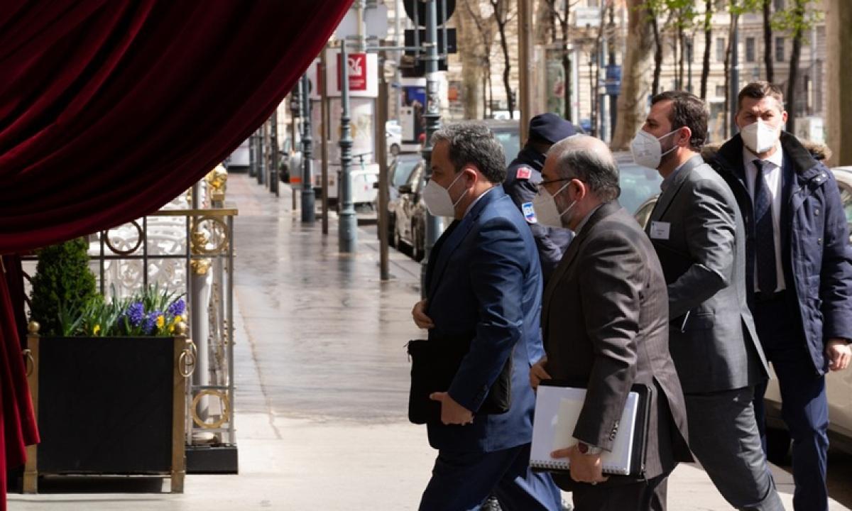 Thứ trưởng Ngoại giao Iran Abbas Araqchi tới Vienna tham gia các cuộc đàm phán hồi tháng 4/2021 (Ảnh: Tân Hoa Xã)